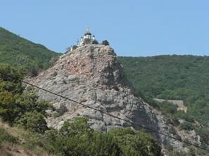 ответы@mail.ru: эта церковь находится на вершине горы по трассе ялта-севастополь.как туда доставли необходимое для жизнеобеспече